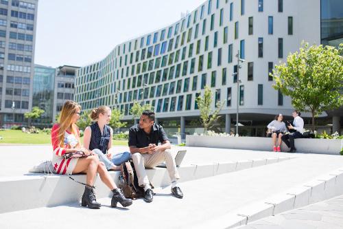 Đại học công nghệ Sydney thu hút không ít sinh viên quốc tế và bản địa hàng năm nhờ tỷ lệ sinh viên tốt nghiệp có việc làm cao, trường nằm sát ga trung tâm và China Town.