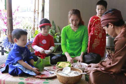 Dịp này, các em nhỏ đã học cách gói bánh chưng từ các nghệ nhân làng Chuồn - ngôi làng có 500 năm làm bánh chưng tại Huế. Bằng kinh nghiệm của mình, nghệ nhân đã dạy các em từ cách chọn lá dong, gạo nếp, cách làm nhân đến chọn lạt và gói bánh làm sao cho vuông vắn, vừa đẹp vừa ngon.