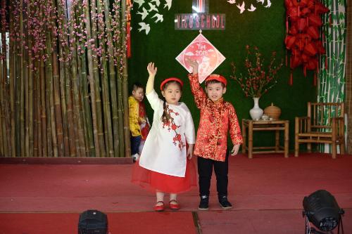 Theo đại diện nhà trường, việc các em nhỏ được tự tay gói bánh, viết thư pháp và tham gia các hoạt động không chỉ giúp học sinh có những trải nghiệm thực tế mà đây còn là cách giáo dụcvề những nét văn hóa truyển thống của người Việt.