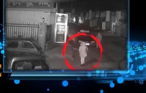 Hình ảnh người phụ nữ đến bắt chiếc taxi.