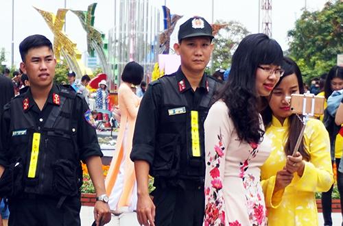 Ngoài lực lượng công khai còn có cả trăm cảnh sát hình sự hóa trang, giữ an ninh tại đường hoa Nguyễn Huệ và trung tâm thành phố. Ảnh:Hải Duyên.
