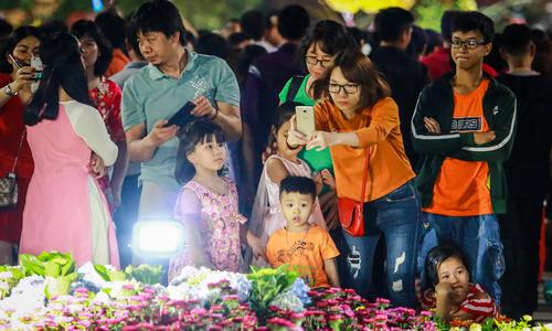 Người Sài Gòn chen chân tham quan đường hoa Nguyễn Huệ