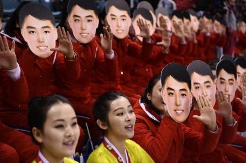 Mặt nạ nam thanh niên điển trai của đội cổ động viên Triều Tiên. Ảnh: AFP.