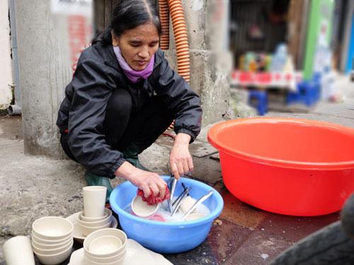 Bà Vũ Thị The, mẹ của Nguyễn Vũ Linh là lao công trong một ủy ban phường và lau dọn, rửa bát trong quán ăn. Ảnh: Quỳnh Trang.
