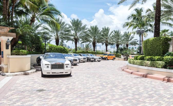 Bãi đỗ toàn xe siêu sang Rolls-Royce trong resort