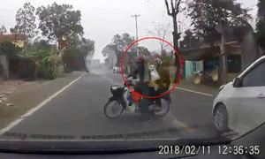 Chồng chở vợ con tạt đầu ôtô khiến tài xế thất kinh