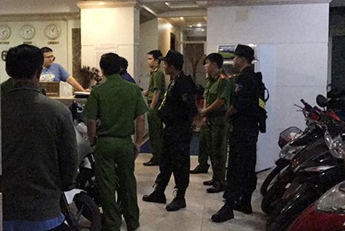 Cảnh sát kiểm tra một khách sạn. Ảnh:Quốc Thắng,