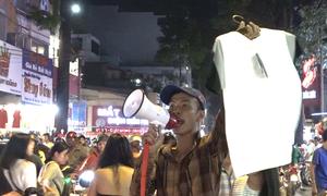 Tràn ra giữa đường buôn bán trên phố thời trang Sài Gòn