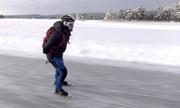 Người đàn ông Thụy Điển trượt băng qua hồ để đi làm