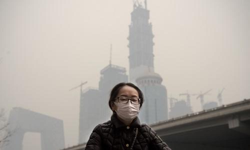 Bầu trời Bắc Kinh mờ mịt vì khói bụi. Ảnh: AFP.