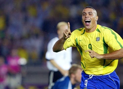 Ronaldolà cầu thủ duy nhất đạt mọi danh hiệu ở World Cup gồm:vô địch World Cup, Quả bóng vàng World Cup, Chiếc giày vàng World Cup.
