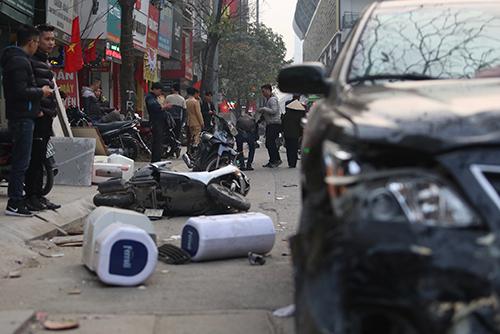 Ba xe máy bị kéo lê hơn 10 mét sau vụ tai nạn liên hoàn trên đường Trần Phú, Hà Đông, Hà Nội chiều 28 Tết. Ảnh:Ngọc Thành.