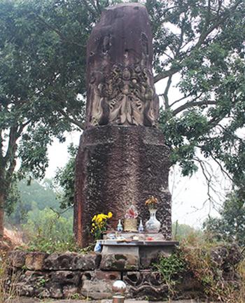 Cột đá chạm rồng được xây dựng từ thời Lý (thế kỷ11). Ảnh: Quang Chiến