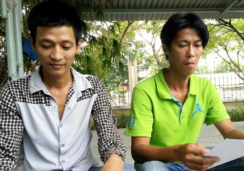Anh em Trạng nhận quyết định đình chỉ điều tra bị can tại Công an quận 7. Ảnh: T. Tâm.