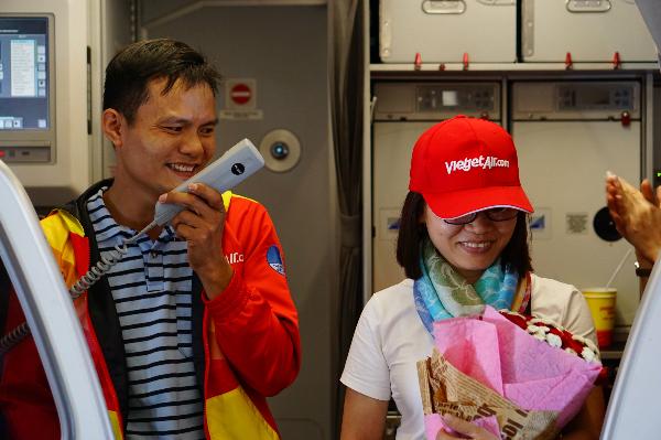 Anh Giáp còn trao một bó hoa lãng mạn khiến chị Minh Hồng ngượng ngùng. Anh xem tất cả hành khách trên chuyến bay như gia đình lớn và hy vọng mọi người chúc phúc cho tình cảm của hai người.