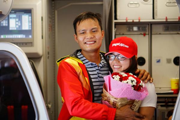 Hai anh chị ôm nhau tình cảm trong sự hân hoan của toàn bộ hành khách và phi hành đoàn.