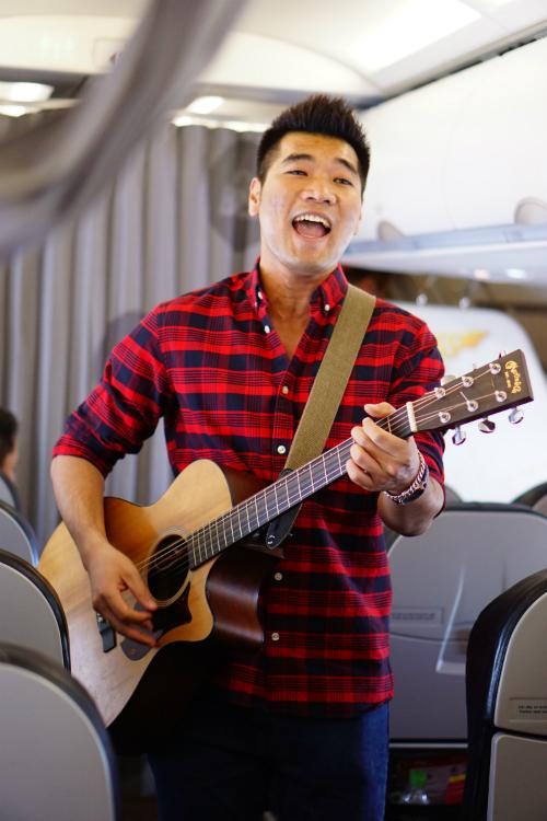Chuyến bay còn có sự góp mặt của ca sĩ Tạ Quang Thắng. Anh gửi đến các hành khách các ca khúc vui tươi, mang thông điệp tích cực như Sống như những đoá hoa, Cười lên.