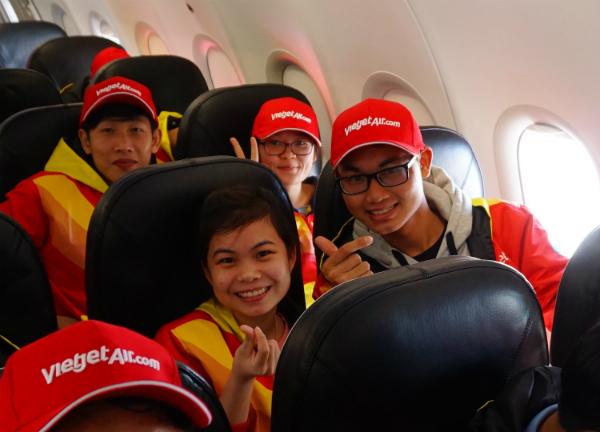 Chuyến đi còn đưa nhiều sinh viên hiện học tập tại TP HCM, Đồng Nai về thăm quê. Các bạn trẻ chia sẻ, dù có làm thêm cả năm mùa Tết cũng khó dư ra 7-8 triệu đồng mua vé bay. Do đó, suất bay miễn phí này đối với các bạn là một món quà lớn về cả vật chất lẫn tinh thần.
