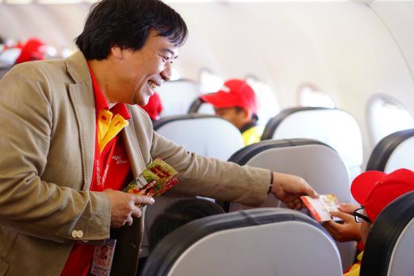 Ông Nguyễn Đức Thịnh - Phó Tổng Giám đốc Vietjet Air gửi đến các hành khách những phong bao lì xì trị giá 200.000 đồng như một lời chúc năm mới may mắn đến các hành khách.