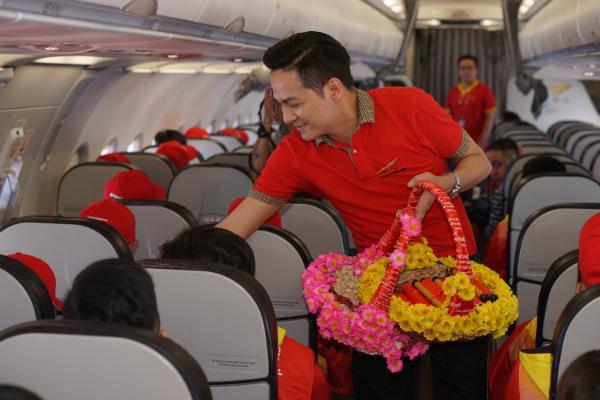 Anh Vũ Duy Hưng, tiếp viên của chuyến bay gửi nhiều quà gồm lì xì, quà trang trí& của hãng đến các hành khách. Hơn ba năm, đây là lần đầu tiên tôi được đứng trên một chuyến bay nghĩa tình cho người nghèo, cảm giác rất xúc động, anh cho biết.