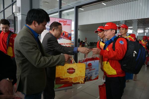 Sau hai tiếng lưng chừng trời, chuyến bay đáp tại sân bay Nội Bài. Lãnh đạo Vietjet Air gửi tặng cho các hành khách ra khỏi khu vực thủ tục những phần quà.