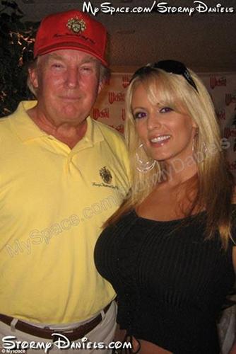 Clifford và và ông Trump từng chụp ảnh chung. Ảnh: MySpace