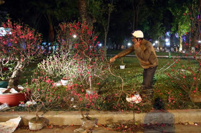 Những người mưu sinh trên phố Hà Nội chiều tối 30 Tết