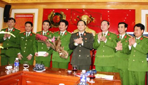 Lãnh đạo Công an tỉnh Thanh Hoá thưởng nóng cho ban chuyên án. Ảnh: Lam Sơn.