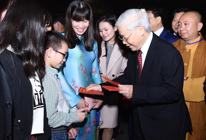 Tổng bí thư mừng tuổi cho trẻ em ở Hồ Gươm