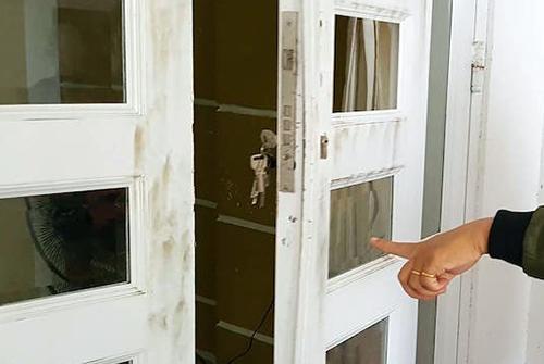 Kẻ trộm cạy phá nhiều lớp cừa để vào nhà thiếu tá quân đội lấy đi nhiều tài sản. Ảnh: An Phú