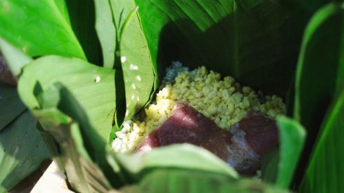 Người thôn Miếu Thờ gói bánh chưng bằng đậu xanh chưa nấu chín. Cứ một lớp gạo, một lớp đậu và thịt ba chỉ tươi, ướp thêm muối và tiêu vừa vặn.