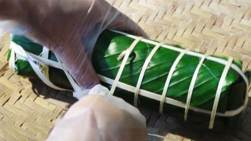 Phần nhân đặt cân đối, gói bánh khéo léo sao cho vuông vắn hoặc tròn trịa. Nhận bọc kín trong lá sẽ giúp bánh lâu hỏng hơn. Các hộ thôn Miếu Thờvẫn giữ thói quen dùng lạt ràng buộc chặt đểbánh ngon, không nhão.