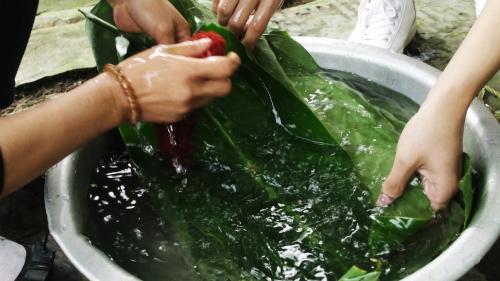 Từng chiếc lá được rửa cầu kỳ, cọ kỹ 2 mặt, sau đó lau khô. Theo chị Hân, lá sạch, bánh chưng mới xanh ngonvà để được lâu.