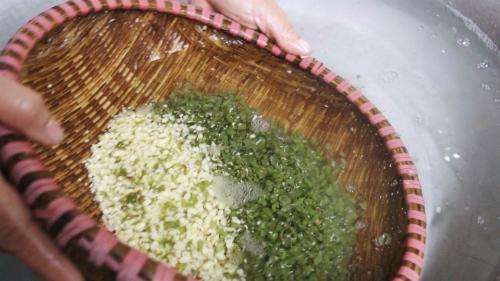 Đỗ xanh hạt tiêu nhà trồng hoặc mua từ các cơ sở có uy tín trong xã, hạt nhỏ nhưng thơm. Đỗ ngâm nở, đãi cho sạch vỏ rồi để ráo.