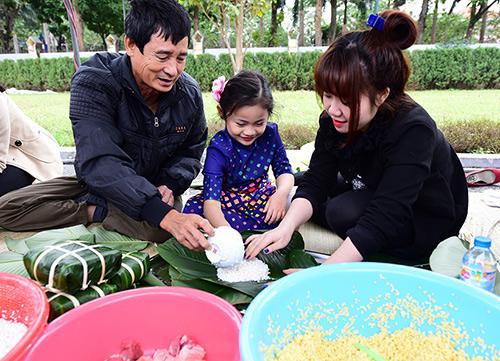 Bánh chưng giờ được bán quanh năm, đến Tết thì gia đình nào cũng có. Ảnh: Giang Huy