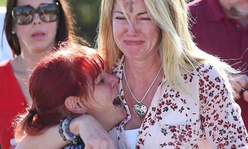 Người nhà các học sinh lo lắng khi biết tin về vụ xả súng. Ảnh: ABC News.