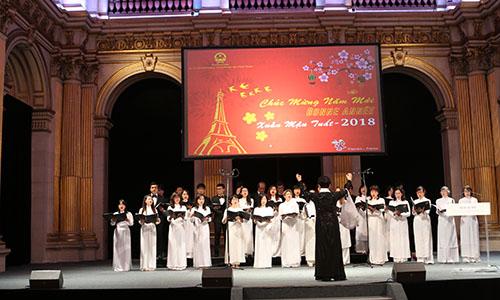 Người Việt tại Paris biểu diễn văn nghệ tại sự kiện đón Tết Mậu Tuất. Ảnh: Đại sứ quán Việt Nam tại Pháp.
