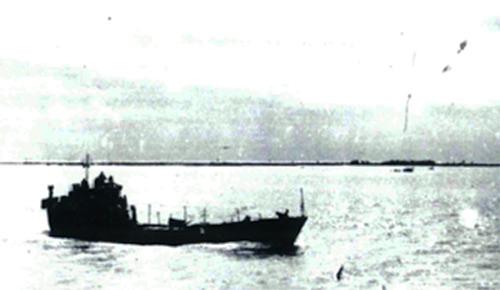 Tàu HQ671 vận chuyển vũ khí cho cuộc tổng tiến công và nổi dậy mùa xuân năm 1975. Ảnh: Tư liệu