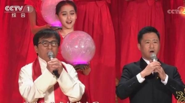 Diễn viên Jackie Chan biểu diễn một bài hát. Ảnh: CCTV.