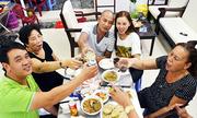 Bữa cơm ngày 30 Tết cùng mẹ của cậu bé gốc Việt 43 năm thất lạc