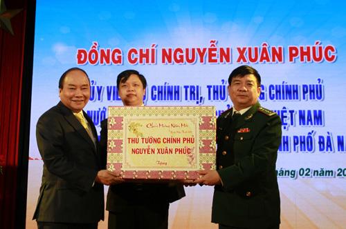 Thủ tướng tặng quà Tết cho lực lượng Biên phòng thành phố Đà Nẵng. Ảnh: X.H.