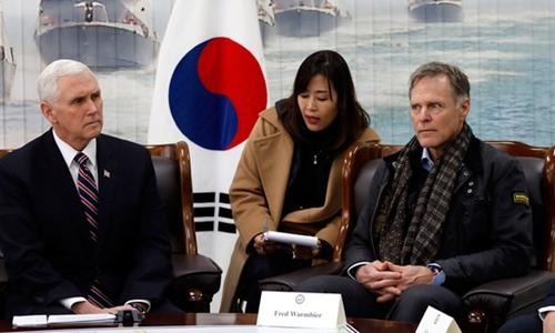 Phó Tổng thống Mỹ Mike Pence (trái) và Fred Warmbier, bố của Otto, tại Hàn Quốc. Ảnh:Woohae Cho.