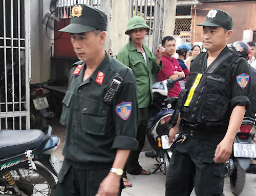 Cảnh sát tham gia khám nghiệm hiện trường. Ảnh: Quốc Thắng.