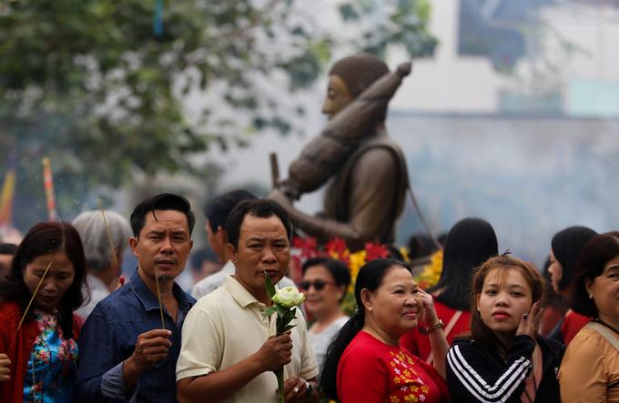 Người Sài Gòn xếp hàng chờ gõ chuông chùa ngày đầu năm
