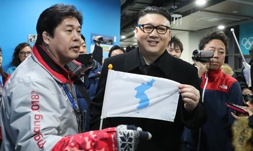 Howard (giữa), người đóng giả nhà lãnh đạo Triều Tiên Kim Jong-un tại Olympic. Ảnh: Reuters.