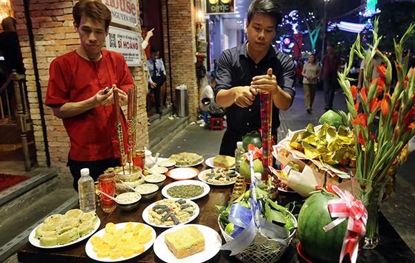 Các cửa hàng ở trung tâm quận 1 thành phố Hồ Chí Minh chuẩn bị mâm cúng giao thừa. Ảnh: Quỳnh Trần.