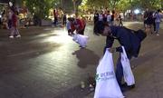 Nhóm bạn trẻ nhặt rác đêm giao thừa trên phố đi bộ Nguyễn Huệ