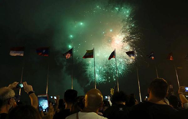 Pháo hoa nổ trên bầu trời quận 1, thành phố Hồ Chí Minh.