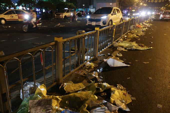 'Biển' rác ở trung tâm Sài Gòn sau màn pháo hoa đêm giao thừa