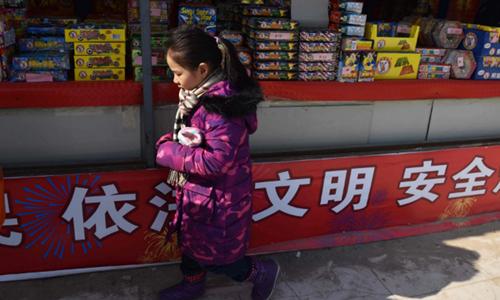 Bắc Kinh áp dụng lệnh cấm pháo hoa ở các khu vực trung tâm để hạn chế ô nhiễm không khí và ngăn ngừa các vụ tai nạn liên quan. Ảnh: AFP.